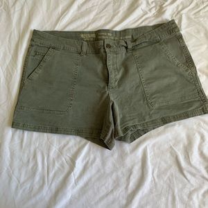 Women's mid-rise shorts